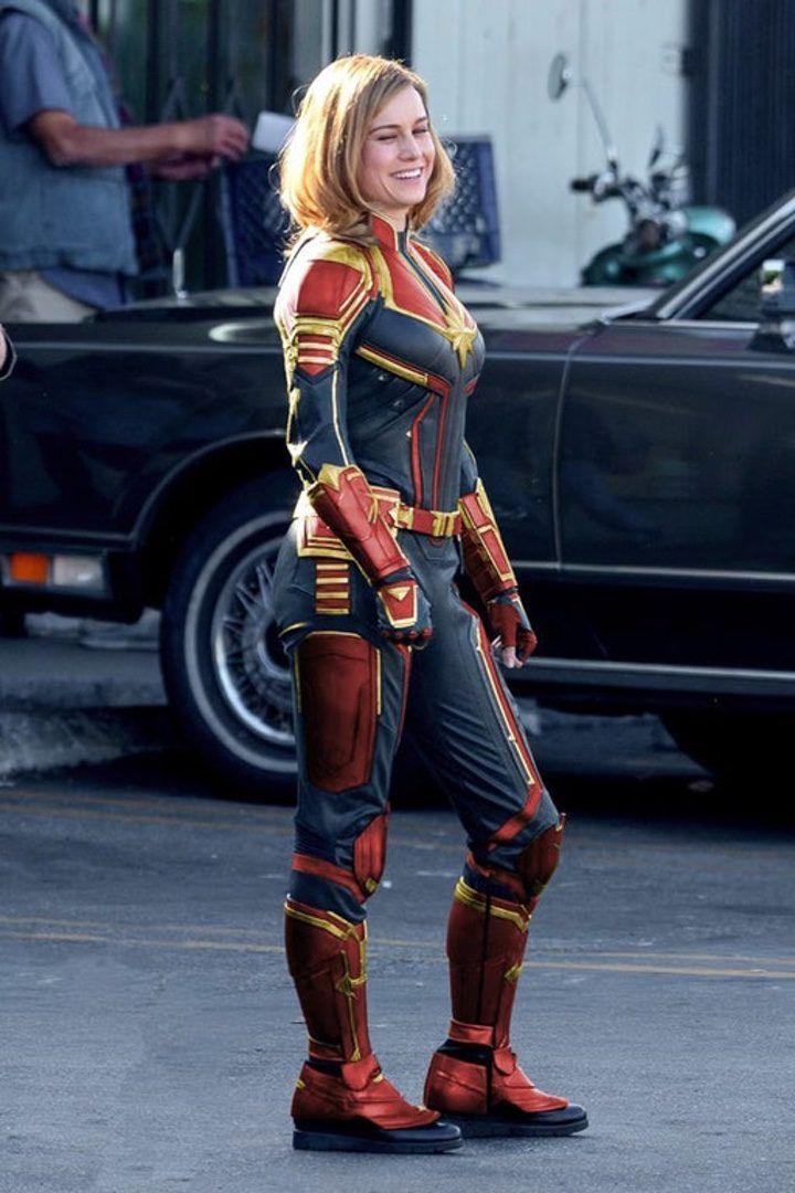 Captain Marvel traje tipico con colores rojo azul y dorado