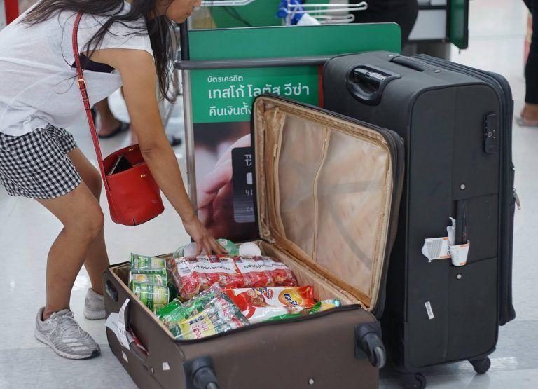 Tailandia prohibido el uso de plástico - A esta chica se le ocurrió utilizar su maleta para llevar las compras