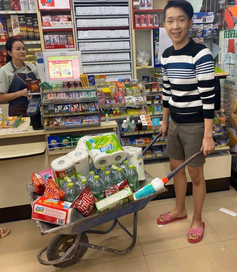 Tailandia prohibido el uso de plástico - llevando toda las compras en una carretilla